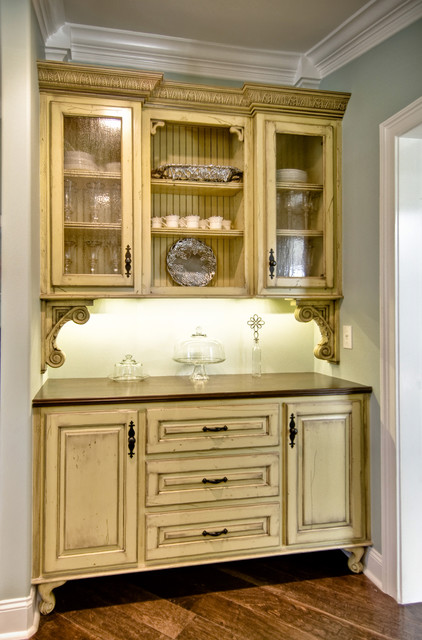 Kitchen , 9 Fabulous Vintage Style Kitchen Cabinets : Pantry traditional kitchen